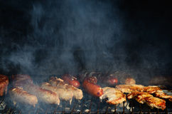 Rauchendes Fleisch auf dem Grill Stockfotos