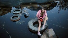 Rauchendes junges Mädchen mit den Gläsern, die in einem verlassenen Pool aufwerfen stock video