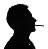 Rauchendes Zigarettenschattenbild des Mannporträts Stockfotos