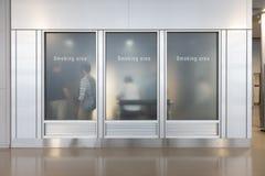 Raucherzonezone, rauchendes Zeichen englisch, chinesisch, koreanisch lizenzfreie stockfotos