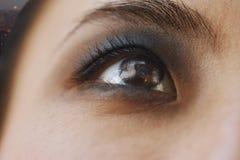 Rauchige Augen-Nahaufnahme, Reflexion der Stadt in den Augen stockbilder