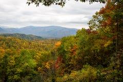 Rauchiges Gebirgstal mit buntem Herbstlaub Stockfotografie