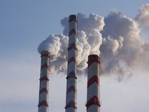 Rauchkamine des Kraftwerks Stockbild