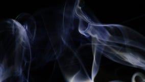 Rauchsäule am Wind auf schwarzem Hintergrund stock footage