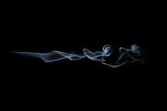 Rauchwelle lokalisiert auf Schwarzem Rauchspur lokalisiert auf Schwarzem Stockbild