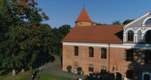 Raudondvaris, Lituania - 24 de septiembre: El abejón de la revelación tiró del señorío de Raudondvaris en un día soleado del otoñ almacen de video