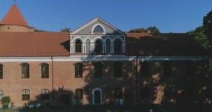 Raudondvaris, Lituania - 24 de septiembre: El abejón de la revelación tiró del señorío de Raudondvaris en un día soleado del otoñ metrajes