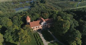 Raudondvaris, Lituania - 24 de septiembre: Punto aéreo del abejón de la cantidad del interés del señorío de Raudondvaris en un dí almacen de video