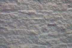 Raue Backsteinmauer mit gelbem Licht Stockfoto