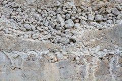 Raue Betonmauer der Nahaufnahme mit Beschaffenheit von Kieseln Stockbilder