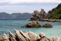 Raue Felsen auf einem tropischen Strand in Japan lizenzfreie stockfotografie