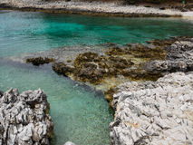 Raue kroatische Küstenlinie in Nerezine zweitens lizenzfreies stockbild