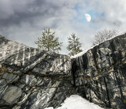 Raue nebelhafte Nordlandschaft mit Mond Ruskeala-Marmor quarri Stockfotografie