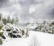 Raue nebelhafte Nordlandschaft Ruskeala-Marmorsteinbrüche in Kare Stockfotografie