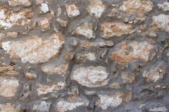 Raue Steinwandbeschaffenheit mit großen Felsen stockfotografie