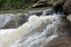 Raue und kleine Wellen im Fluss Stockbilder