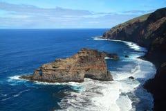 Raue und steile Küstenlinie Lizenzfreies Stockfoto