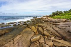 Raue und wilde felsige Küstenlinie an anse songe, La digue, seychell stockfoto