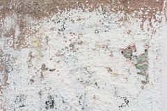 Raue Wand mit Überresten der weißen Farbfarben-Hintergrundbeschaffenheit Stockbild