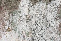 Raue Wand mit Überresten der weißen Farbfarben-Hintergrundbeschaffenheit Lizenzfreie Stockfotos