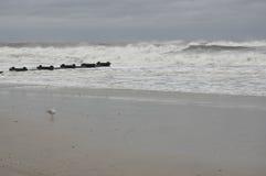 Raue Wellen, die auf Strand brechen Lizenzfreie Stockfotos