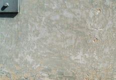 Raue Zementwand mit Metallstift Stockfotos