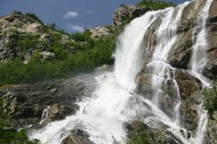 Rauer Gebirgswasserfall im Sommer lizenzfreie stockfotos