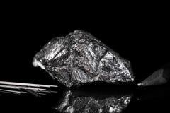 Rauer Mineralstein Graphit, Bleistiftführungen und Bleistift, Schwarzrückseite Lizenzfreie Stockfotos
