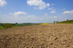 Rauer Pflugboden in einer Patchworklandschaft im Frühjahr Lizenzfreies Stockbild