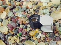 Rauer Stein mit Lupe Stockfotos