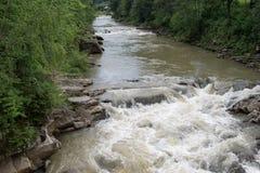 Rauer und schneller kleiner Fluss Lizenzfreies Stockfoto