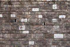 Raues bossage Steinmaurerarbeit Detail des alten hölzernen Fensters Lizenzfreie Stockbilder