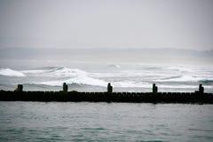 Raues Meer und Damm stockbild