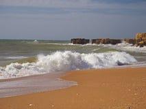 Raues Seeorange Sandstrand mit schönen Sandsteinklippen und Stockfoto