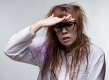 Rauhaarige Frau des Wissenschaftlers heraus schauen Lizenzfreie Stockfotos