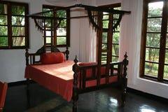 Raum des Afrika-typischer einzelnen Betts in Zanzibar Lizenzfreie Stockbilder