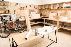 Raum des Bauholzmeisters mit Arbeitsflächen und Werkzeugen Stockbild