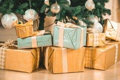 Raum des neuen Jahres mit verziertem Weihnachtsbaum Stockfoto