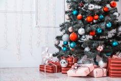 Raum des neuen Jahres mit verziertem Weihnachtsbaum Stockbild
