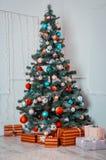 Raum des neuen Jahres mit verziertem Weihnachtsbaum Stockfotografie