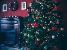 Raum des neuen Jahres mit verziertem Weihnachtsbaum Lizenzfreie Stockfotos