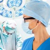 Raum Doktors in Kraft mit Chirurgen auf Hintergrund Lizenzfreie Stockfotos