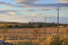 RAUM FÜR BEDECKUNGSschlagzeile UND TEXT Alta Murgia National Park: geerntete Felder bei Sonnenuntergang mit Reihen von elektrisch stockfotos