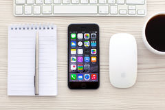 Raum-Grau IPhone 6 mit apps auf Schirm Lizenzfreies Stockfoto