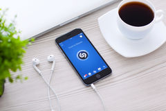 Raum-Grau IPhone 6 mit Shazam auf dem Schirm Lizenzfreie Stockfotografie