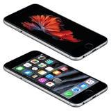 Raum-Gray Apple-iPhone 6s liegt auf der Oberfläche mit IOS 9 Stockfotos