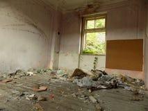Raum im alten verlassenen Haus Stockbild