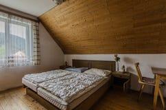 Raum im Dachboden des alten Gasthauses stockbilder