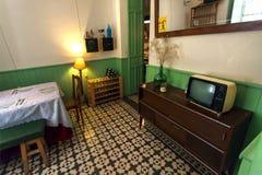 Raum im Retrostilcafé oder Restaurant mit lustigem Dekor, Fernsehen, Weinlesedetails und Service lizenzfreie stockfotos