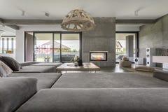 Raum mit breiter Couch lizenzfreie stockfotos